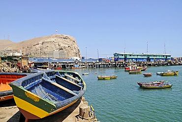 Small, colorful fishing boats, harbor, El Morro, mountain, landmark, Arica, Norte Grande, northern Chile, Chile, South America