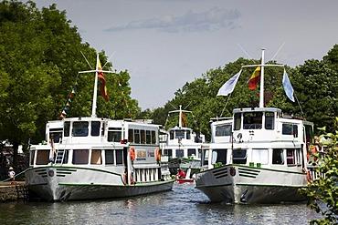 White Fleet, excursion boats on the Ruhr River between Muelheim and Essen-Kettwig, Muelheim an der Ruhr, Ruhr area, North Rhine-Westfalia, Germany, Europe