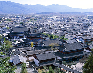 Mu Family Mansion and ancient rooftops of Old Town dating from the Ming Dynasty, UNESCO World Heritage Site, Lijiang, Yunnan Province, China, Asia