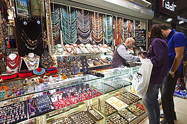 Couple looking at a jewellery shop, Grand Bazaar, Sultanahmet, Istanbul, Turkey, Europe