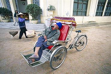 Sleeping cyclo driver, Hanoi, Vietnam, Indochina, Southeast Asia, Asia