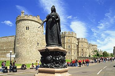 Statue of Queen Victoria in front of Windsor Castle, Windsor, Berkshire, England, United Kingdom, Europe