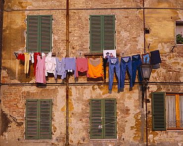 Washing on line & typical shuttered windows, Siena, Tuscany (Toscana), Italy, Europe