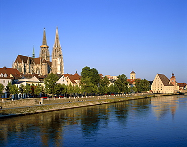 Old Town skyline with St. Peters Cathedral, UNESCO World Heritage Site, and Danube River, Regensburg, Bavaria, Germany, Europe