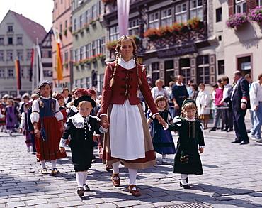 Children dressed in folk costume, Childrens Festival (Kinderzeche), Dinkelsbuhl, Bavaria, Romantic Road (Romantische Strasse), Germany, Europe