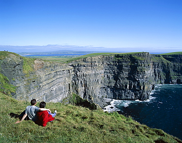 Couple on cliff top, Cliffs of Moher, County Clare, Munster, Republic of Ireland, Europe