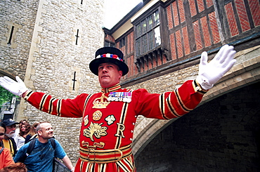 Beefeater in State Dress giving guided tour to tourists, Tower of London, London, England, United Kingdom, Europe