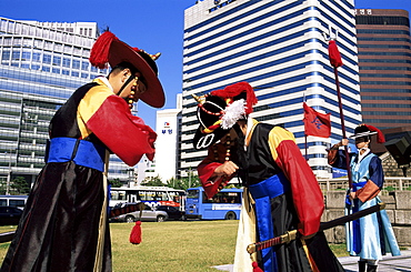 Ceremonial Changing of the Guard at Sungnyemun Gate (South Gate), Seoul, South Korea, Asia