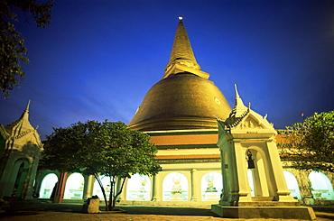 Night view of Nakhon Pathom Chedi, a 120 metre gold stupa, Nakhon Pathom, Thailand, Southeast Asia, Asia