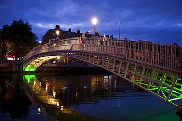 Halfpenny Bridge over the River Liffey, Dublin, Republic of Ireland, Europe