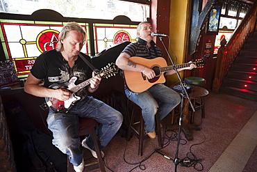 Pub musicians in Temple Bar area, Dublin, Republic of Ireland, Europe