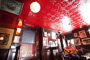 Pub musician in Temple Bar pub, Dublin, Republic of Ireland, Europe
