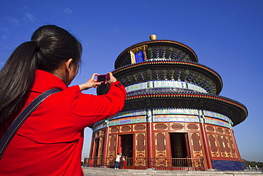 Girl taking photo of Hall of Prayer for Good Harvests, Temple of Heaven (Tiantan), UNESCO World Heritage Site, Beijing, China, Asia