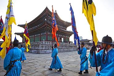 Changing of the Guard ceremony, Geunjeongjeon Throne Hall, Gyeongbokgung Palace, Seoul, South Korea, Asia