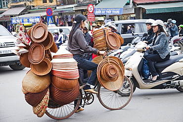 Mobile conical hat and basket ware vendor, Hanoi, Vietnam, Indochina, Southeast Asia, Asia