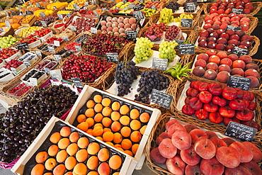 Fruit stall in the Viktualienmarket, Munich, Bavaria, Germany, Europe