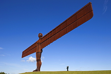 Angel of the North statue by Antony Gormley, 20 metres tall, wingspan 54 metres, Gateshead, Tyne and Wear, England, United Kingdom, Europe