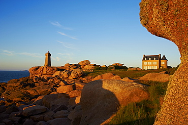 Pointe de Squewel and Mean Ruz Lighthouse, littoral house, Men Ruz, Ploumanach, Cote de Granit Rose, Cotes d'Armor, Brittany, France, Europe