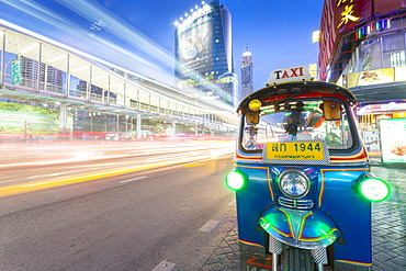 Traffic and Tuk Tuk on Ratchadamri Road, Bangkok, Thailand, Southeast Asia, Asia