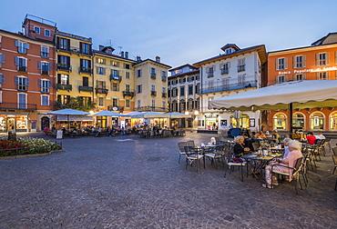 Al fresco restaurants in Piazza Daniele Ranzoni at dusk, Intra, Verbania, Province of Verbano-Cusio-Ossola, Lake Maggiore, Itallian Lakes, Italy, Europe