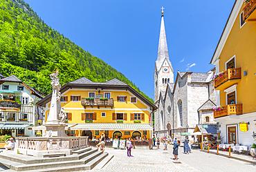 View of Marktplatz in Hallstatt village, UNESCO World Heritage Site, Salzkammergut region of the Alps, Salzburg, Austria, Europe
