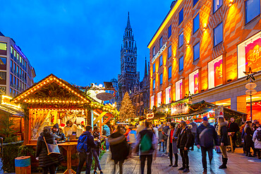 View of New Town Hall and bustling Christmas Market in Marienplatz at dusk, Munich, Bavaria, Germany, Europe