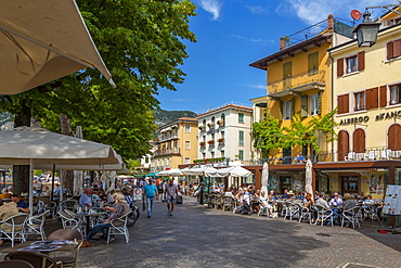 View of cafes and visitors on the promenade on a sunny day, Garda, Lake Garda, Province of Verona, Veneto, Italian Lakes, Italy, Europe