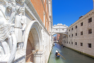 Doge's Palace, Bridge of Sighs and gondola, Piazza San Marco, Venice, UNESCO World Heritage Site, Veneto, Italy, Europe