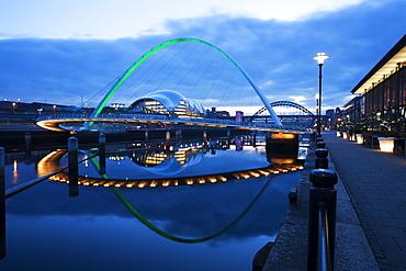 Gateshead Millennium Bridge, The Sage and Tyne Bridge at dusk, spanning the River Tyne between Newcastle and Gateshead, Tyne and Wear, England, United Kingdom, Europe