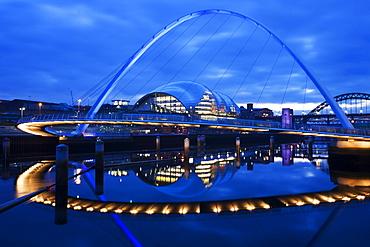 Gateshead Millennium Bridge, The Sage and the River Tyne between Newcastle and Gateshead, at dusk, Tyne and Wear, England, United Kingdom, Europe