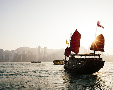 Traditional Chinese junk sailing in Hong Kong Harbour, Hong Kong, China, Asia