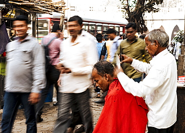 Street barber at work, Mumbai, India, South Asia