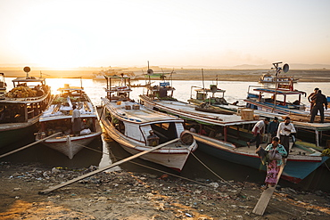 People unloading cargo from boats at Mayan Gyan Jetty, Ayeyarwady River, Mandalay, Mandalay Region, Myanmar (Burma), Asia