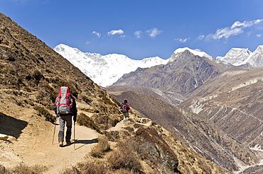Trekkers in Dudh Kosi Valley, Solu Khumbu (Everest) Region, Nepal, Himalayas, Asia