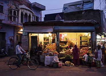 Street greengrocers at night, Agra, Uttar Pradesh, India, Asia
