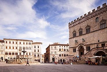 Piazza IV Novembre, The Palazzo dei Priori and the Fontana Maggiore, Perugia, Umbria, Italy, Europe