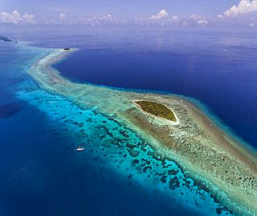 Tara Pacific expedition - november 2017 Small coral island and adjacent reef, near Yanaba Island, Papua New Guinea, H: 536,6 m, mandatory credit line: Photo: Christoph Gerigk, drone pilot: Guillaume Bourdin - Tara Expeditions Foundation