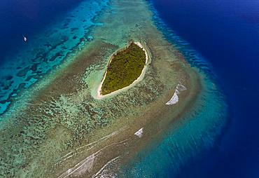 Tara Pacific expedition - november 2017 Small coral island and adjacent reef, near Yanaba Island, Papua New Guinea, H: 452.3 m, mandatory credit line: Photo: Christoph Gerigk, drone pilot: Guillaume Bourdin - Tara Expeditions Foundation