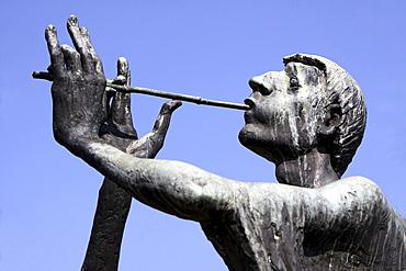 historical fountain with sculpture showing the Pied Piper of Hamelin portrait Hameln Niedersachsen Deutschland
