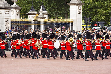 Tourists queue to watch the changeing of the guard at Buckingham Palace, London, UK.
