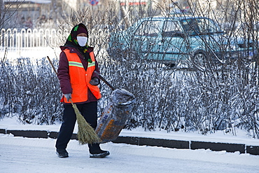 A road sweeper wears a face mask against the awful air pollution in Harbin city in Northern China, Heilongjiang Province, China, Asia