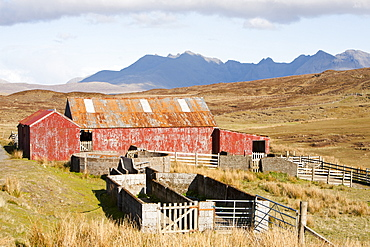 The Cuillin Ridge from Talisker, with an old farm barn in the foreground, Isle of Skye, Scotland, United Kingdom, Europe