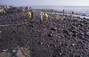 Pumping oil from stoney foreshore, MPCU, Wisemen's Bridge, Sea Empress oil spill, Pembrokeshire      (rr)