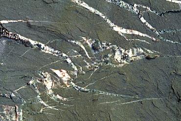 Tension cracks in rock filled with quartz         (rr)