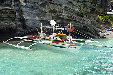 Bangka or traditional Philippino boat, in turquoise waters, Apo Island, Negros, Philippines, Southeast Asia, Asia