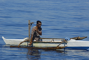 Local fisherman wearing goggles in small bangka (traditional Philippino boat), Apo Island, Negros, Philippines, Southeast Asia, Asia