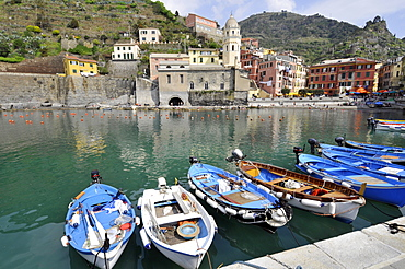 Boats, harbour and colorful houses in the quaint village of Vernazza, Cinque Terre, UNESCO World Heritage Site, Liguria, Italy, Europe
