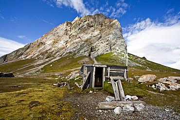 Hunter's cabin at Gnalodden in Hornsund (Horn Sound) on the southwestern side of Spitsbergen Island in the Svalbard Archipelago, Barents Sea, Norway