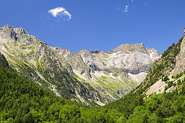 Karst limestone peaks within Ordesa and Monte Perdido National Park, Spanish Pyrenees, Huesca, Aragon, Spain, Europe