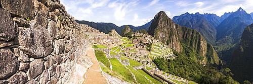 Machu Picchu Inca ruins and Huayna Picchu (Wayna Picchu), UNESCO World Heritage Site, Cusco Region, Peru, South America